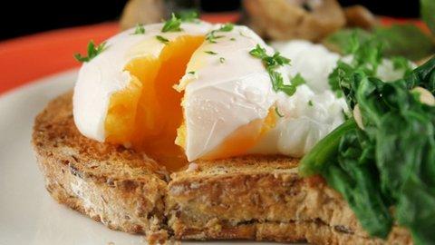 ENERGIFROKOST: To posjerte egg på ristet bokhvetebrød, med stekt sopp og spinat.