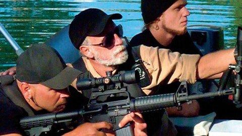 TØFFESEN: Max Hardberger flankert av to av sine actionmenn. Bildet lyver litt, for Hardberger har aldri avfyrt et skudd på jobb. Han foretrekker list og lempe.