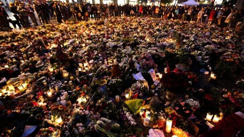 BLOMSTER: Et hav av blomster er lagt ned foran domkirken i Oslo.