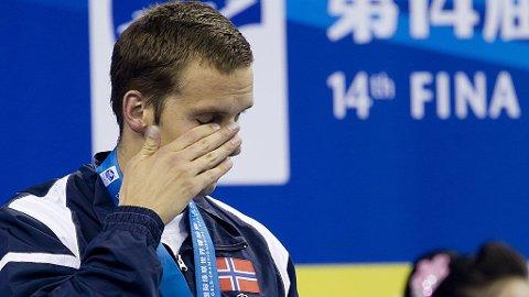 RØRT: Alexander Dale Oen var rørt etter å ha vunnet VM-gull i svømming. Nå vil han kjempe for et nytt.