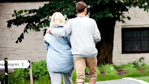 UTØYA: To ungdommer fotografert etter tragedien på Utøya.