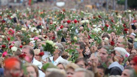 HEVET ROSENE: Det norske folk hevet rosene flere ganger på Rådhusplassen.