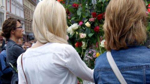 CAROLINE BERG ERIKSEN var i Torggata da bomben gikk av i Regjeringskvartalet og kjente trykkbølgen på kroppen. Sammen med mange andre har hun vært tilbake for å legge ned blomster og vise sin respekt.
