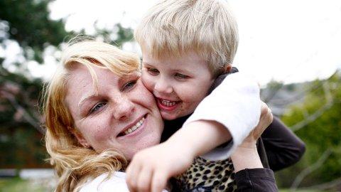 Mødre, bevisst eller ubevisst, støtter gjerne mer opp om sine sønner enn døtre.