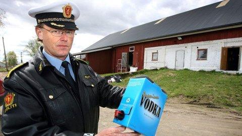 AVSLØRTE: Lensmann i Nannestad, Bjørn Hoff, er her fotografert etter at han avslørte den ulovlige spritproduksjonen på Breen gård. Saken ble etterforsket ferdig i løpet av tre uker før sommeren i 2009. Først nå er 64-åringen som sto bak dømt.