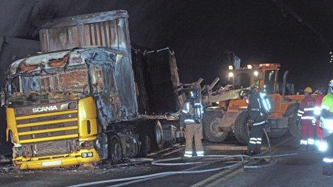 UTBRENT: Lastebilen med papirmasse som tirsdag tok fyr i Oslofjordtunnelen, brant helt ut nede i tunnelen.