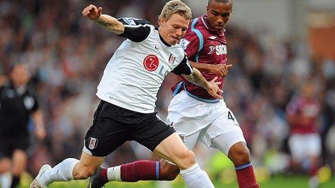 VANSKELIG: Bjørn Helge Riise har fått lite spilletid med Fulham. Her fra en sjelden mulighet mot Zavon Hines og West Ham fra høsten 2009.