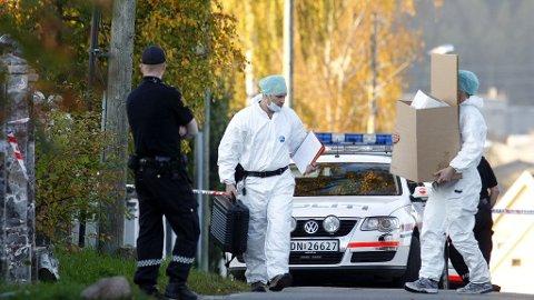 Krimteknikere fra politiet gjør seg klar til åstedsgranskning i huset på Furuset der en person ble funnet død torsdag ettermiddag.