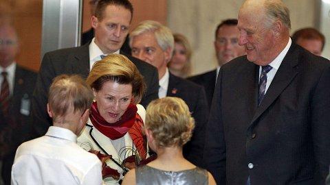ROCHESTER, USA 20111014. Dronning Sonja og kong Harald blir møtt av blomsterbarna Hannah Keach (10), som har blitt behandlet for leukemi, og Will Canan (13), som behandles for hjernesvulst, under besøket på Mayo klinikken i Rochester, USA, i forbindelse med det offisielle besøket i USA fredag.