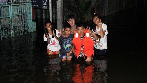 JUBEL I ØST: Øst for Chao Phraya-elva i sentrale Bangkok jubler barna over at de slipper å evakuere. Fra venstre: Pang, Thiu, Nettavisens utsendte, Ton og Porn konstaterer at elvebredden holdt stand mot begge tidevannstoppene lørdag.