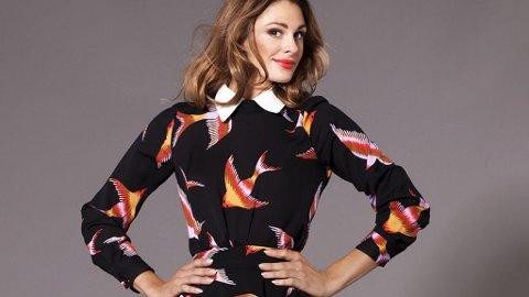 JENNY SKAVLAN slipper ny kolleksjon for BIK BOK. Her i en kjole fra den nye kolleksjonen.