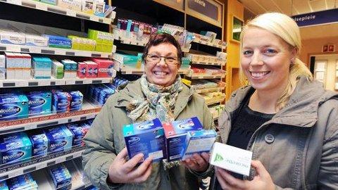 ØKONOMISK DYTT: Sykehuset Telemark har avsatt 200 000 kroner til røykeslutt blant ansatte. Turid Rund (til venstre) fra Fagforbundet og hovedtillitsvalgt Marit Skau Bjørge er glad for kampanjen.