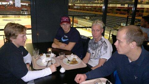 FIKK TIPS: Landslagsspiller Anders Bastiansen (t.h.) har hatt flere gode sesonger i Färjestad. SM-vinneren gir her noen tips til Magnus Hoff (t.v.), John Nicolay Næsgård og Wang-trener Daniel Nordberg.