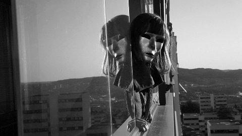 Alle personer i Egil Pedersens musikkvideo er maskerte, men en kvinne starter en revolusjon for å få folk til å vise sitt sanne ansikt. Under masken skjuler det seg unike former.