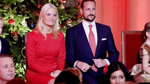 KRONPRINSESSE Mette-Marit og kronprins Haakon hadde kledd seg rødt i anledning julekonserten på slottet.