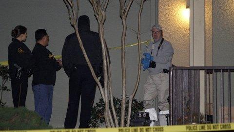 Politiet gjør undersøkelser i leiligheten hvor de syv personene ble funnet.