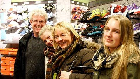 BYTTERUNDE: Familien Ness Johnsen var på bytterunde i Oslo torsdag. Fra venstre pappa Kjell Arne Johnsen, Katrine Ness Johnsen, mamma Heidi Ness Johnsen og Marianne Ness Johnsen.