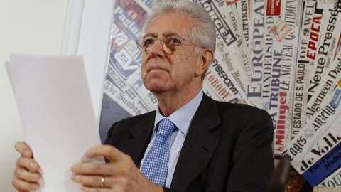 Italian Prime Minister Mario Monti attends a news conference with foreign media in Rome December 5, 2011. Italy's new premier must try to persuade a skeptical Parliament that his new plan to cut spending and boost growth will return Italy's ailing economy to health as Europe enters a crucial week for future of the euro currency.