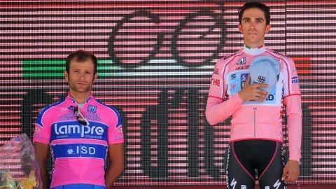 Michele Scarponi og Alberto Contador på podiet etter Giro d'italia 2011.