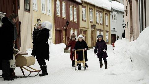 Snødekte gater på Flanderborg på Røros.