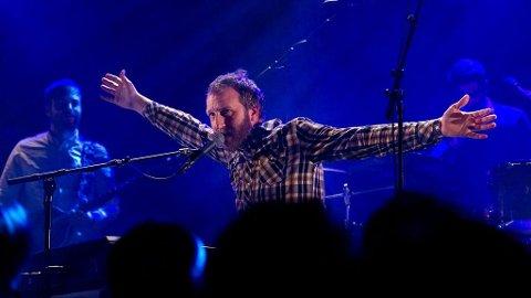 OVERBEVISER: Thom Hell gjør seg på scenen.