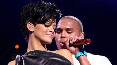 SAMMEN: Rihanna og Chris sammen på scenen en måneds tid før voldsepisoden. Nå er han igjen med på en av hennes låter.