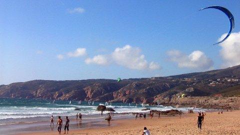 Kitesurfing er populært på Praia do Guincho, Cascais