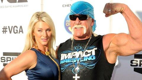VIDEO: Hulk Hogan koser med annen dame enn kona Jennifer, i video som forsøkes solgt til pornoselskapene.