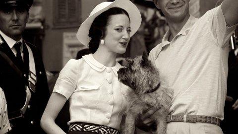 W.E: Filmens kostymedesigner fforteller at det var vanskelig å gjenskape Wallis Simpsons garderobe, da hun stort sett gikk i fransk haute couture. Avbildet er Andrea Riseborough som spiller Wallis i filmen.