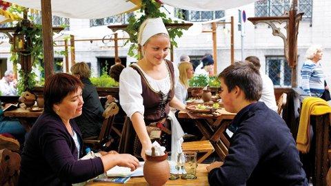 Olde Hansa er byens mest kjente spisested. Her gjenskaper de fortiden både på menyen, i antrekk og omgivelser.