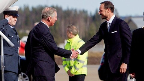 Prins Charles og hertuginne Camilla ble møtt på Gardermoen av kronprins Haakon og kronprinsesse Mette-Marit.