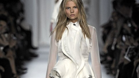 HELHVITT antrekk på catwalken til Givenchy.