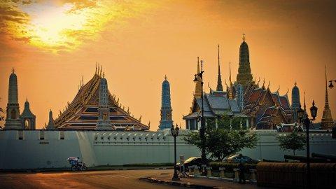 Sola går ned over de fantastiske templene i gamlebyen av Bangkok.