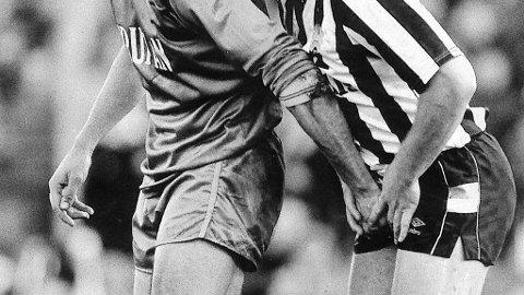AU: Bildet viser et av de mer berømte balltakene: Vinnie Jones tar tak i stellet til Paul Gascoigne i 1987.