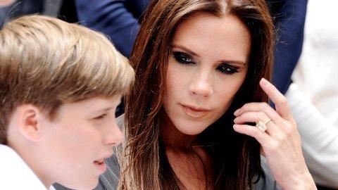 SAMMEN: Familien Beckham virker å være sammensveiset - det betydde ikke at Victoria ikke klarte å glemme eldstesønn Brooklyn en skolemorgen.