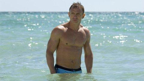 007 BEACH BUM: Også James Bond tar seg et bad inn i mellom agent-jobbingen.