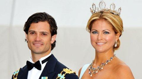 MED FØLGE: Prins Carl Philip og prinsesse Madeleine får ta med sine kjærester i dåpen.