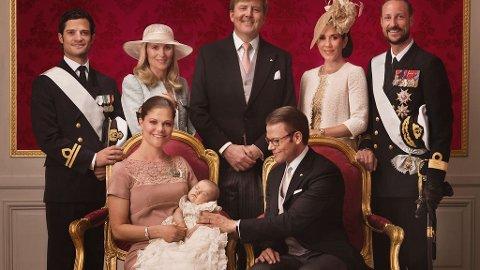 FADDERE OG FORELDRE: Prins Carl Philip, Anna Westling Söderström, kronprins Willem-Alexander av Holland, kronprinsesse Mary av Danmark og kronprins Haakon av Norge fikk æren av å være faddere for Estelle.