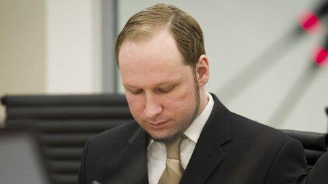 Terrorrettssaken mot Anders Behring Breivik i Oslo tingrett 2012. Anders Behring Breivik med egne notater i rettssal 250 tirsdag i syvende uke i rettssaken der Anders Behring Breivik står tiltalt for terrorangrepet i Oslo og på Utøya 22. juli 2011.