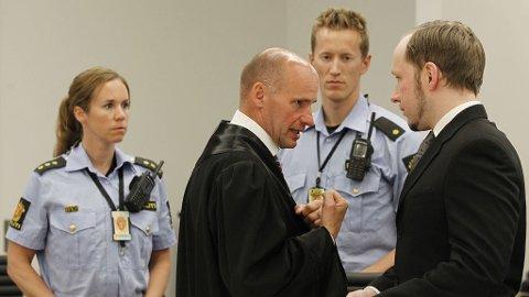 Terrorrettssaken mot Anders Behring Breivik i Oslo tingrett 2012. Forsvarer Geir Lippestad og tiltalte Anders Behring Breivik i sal 250 i Oslo tinghus ved rettsdagens slutt onsdag i syvende uke av rettssaken der Anders Behring Breivik står tiltalt for terrorangrepet i Oslo og på Utøya 22. juli 2011.