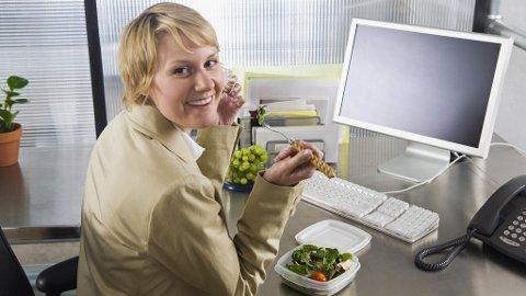 LUNSJ: Enkelte spiser lunsjen ved pulten - ikke så smart, dersom du ikke er flink å desinfisere tingene du har der. Daglig. Arbeidsplassen - og da særlig tastaturet - er rene bakteriebomben hvis ikke, det holder ikke å vaske og at det ser pent ut.