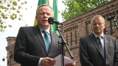 Landbruksminister Lars Peder Brekk og statssekretær for Jens Stoltenberg, Svein Fjeillheim, tok imot støyten under bøndenes markering på mandag.