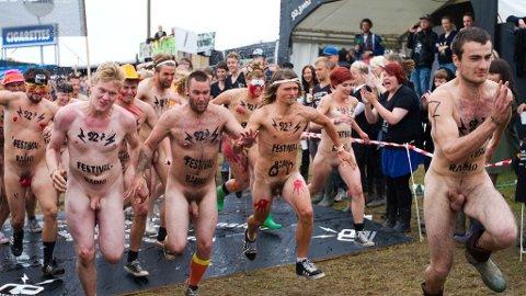 ROSKILDE: Peter og Evelina vant årets nakenløp (henholdsvis helt til venstre, og høyre). De spurtet i front allerede fra start