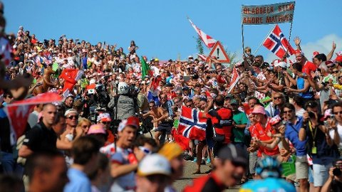 SETT DET FØR? Dette er etterhvert blitt et kjent bilde på Tour de France. Norske flagg som dominerer blant publikum. Herlig!