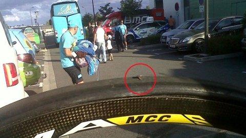 HER ER BEVISET: Dette er dekket itl en av Astana-rytterne etter sabotasjen.