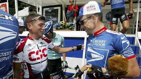 PÅ TALEFOT: Tyler Hamilton i hyggelig passiar med Lance Armstrong under 2003-versjonen av Tour de France. Tonen blir neppe like hyggelig neste gang de møtes.