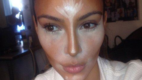 FØR. Kim postet en rekke bilder av seg selv, og viste hvordan sminken ble lagt på.