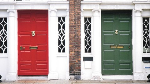 Klassiske dører i Dublin.