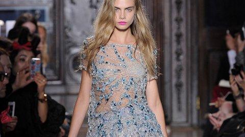 Den britiske modellen og it-jenta Cara Delevigne på catwalken for Giles.