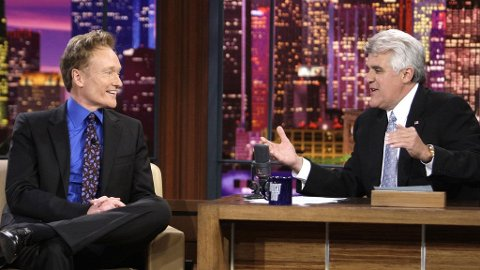 GODE VENNER: Conan O'Brien og Jay Leno har ingenting usnakket, og har til og med spøkt om NBC-bråket i sine respektive programmer. Men nå forlater O'Brien kanalen.